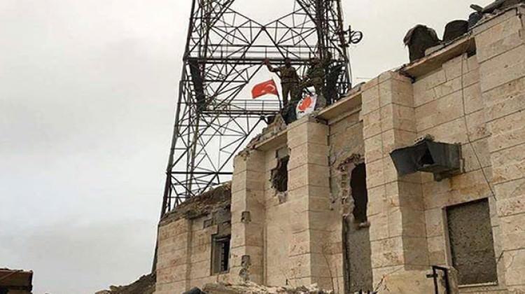 Mehmetçik tek tek temizleyip Türk bayrağı astı