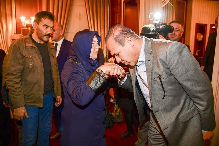 Başkan Sözlü: O şöförün yerine şehit annesinin elini öptü, özür diledi