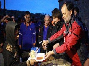 AFAD ve Türk Kızılayı'ndan Afrinlilere Sıcak Yemek İkramı
