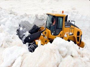Baharda Karla Kaplı Yolu Açmaya Çalışıyorlar