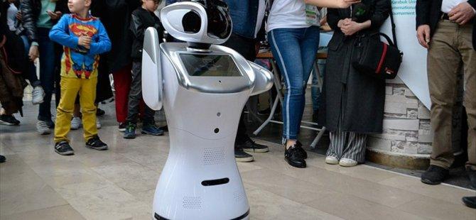 Robot 'Sanbot' Erik Dalı Oynadı