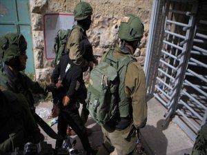 İsrail Askerleri 30 Filistinliyi Gözaltına Aldı