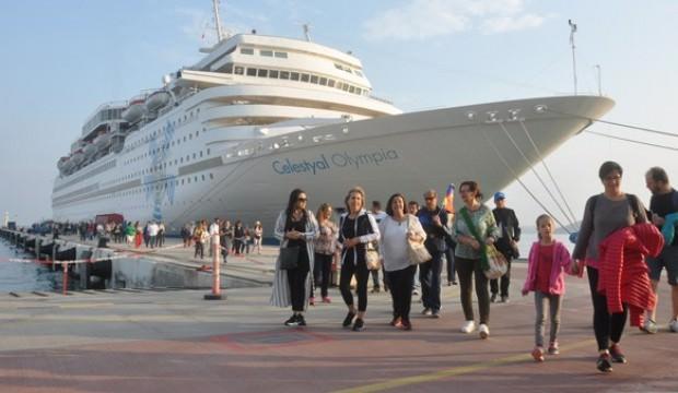 Dev gemi yanaştı! Yüzlerce kişi geldi...