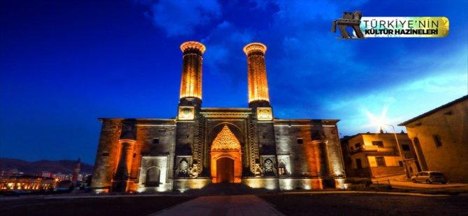 Turistlerin Çifte Minareli Medrese'ye İlgisi Artıyor