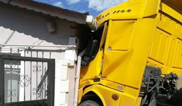Silivri'de hafriyat kamyonu eve girdi...