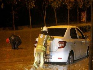 Etkili Yağış Sebebiyle İstanbul'da Araçlar Mahsur Kaldı