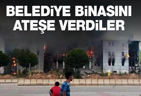PKK YANDAŞLARI BELEDİYE BİNASINI ATEŞE VERDİ !