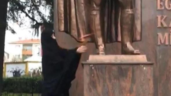 Atatürk Anıtı'na baltalı saldırı