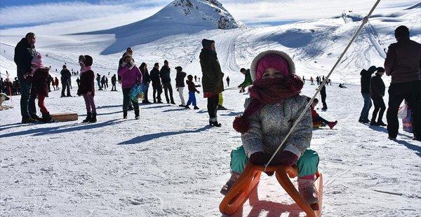 Hakkari'de 2800 Rakımda Kayak ve Piknik Keyfi