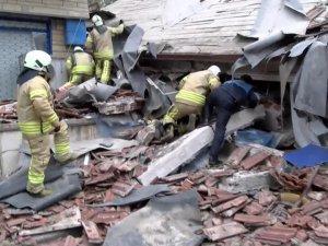 İstanbul'da 6 katlı bina çöktü,1 kişi öldü, 4 kişi enkaz altında.