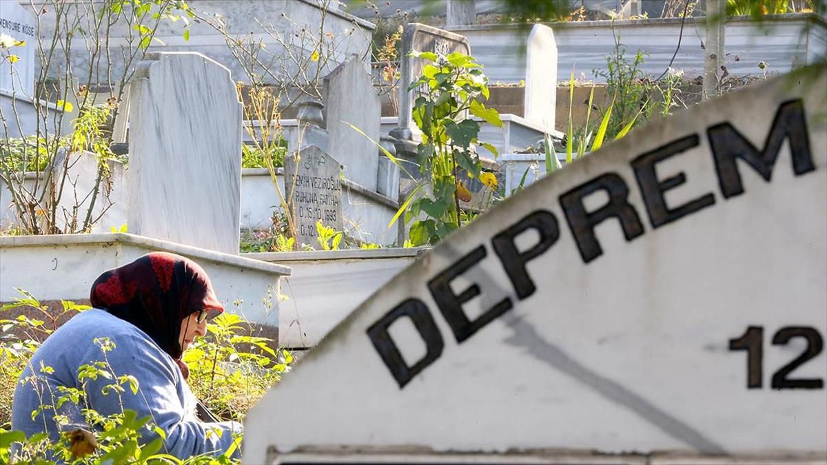 Düzce depreminde hayatını kaybedenler mezarları başında anıldı