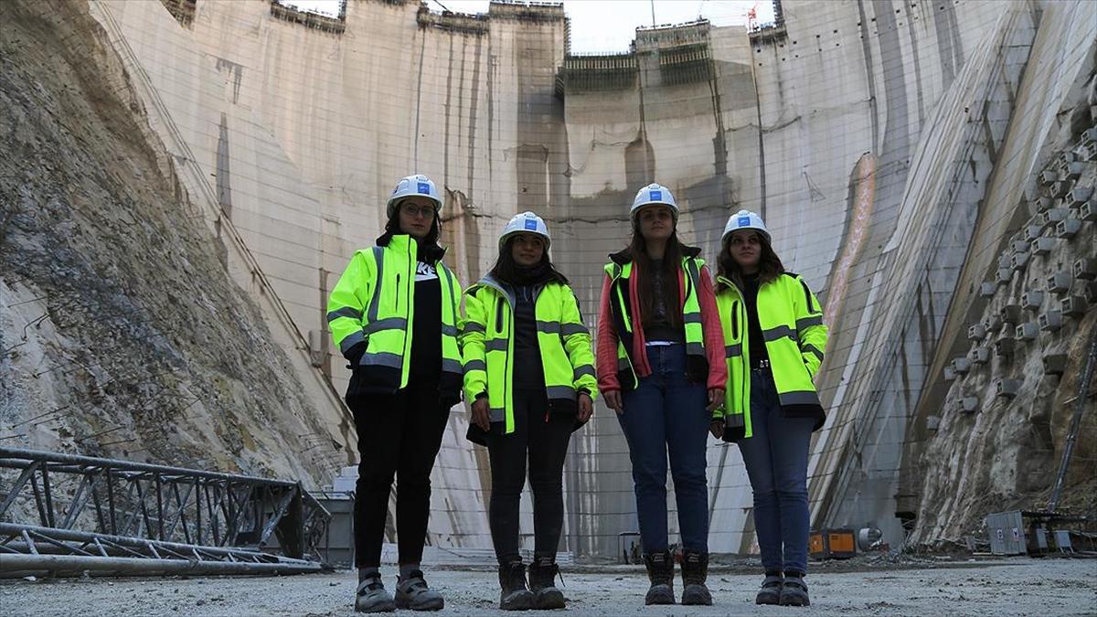 Türkiye'nin en yüksek baraj inşaatına 'kadın eli'