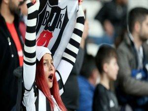 Beşiktaş Kulübünden kadın taraftarlarına jest