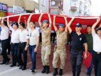 Asker polis ve vatandaş Türk bayrağını el ele taşıdı!
