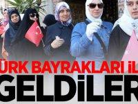 Türk bayrakları ile geldiler