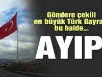 En büyük Türk Bayrağı yırtık halde...