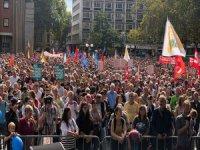 Almanya'da Binlerce Kişi Irkçılığa Karşı Yürüdü