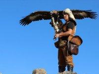 Kazak Türkü Eğitmen Gençlere Kartalla Avlanmayı Öğretiyor