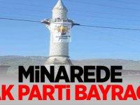 Minarede AK Parti bayrağı