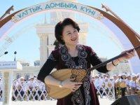 Kazakistan'da Ulusal Dombıra Günü Kutlanıyor