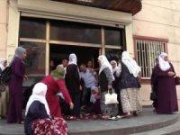 Diyarbakır'da Hdp'liler oğlunu isteyen anneye tekme tokat saldırdılar!