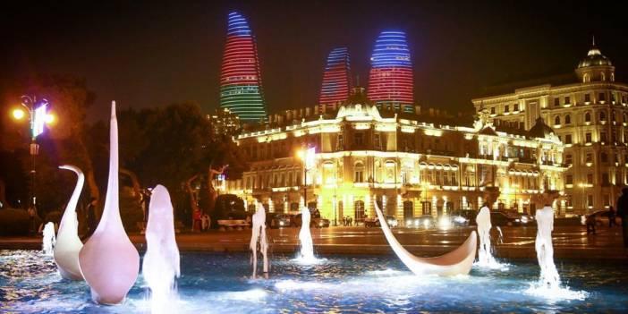 Bakü'nün ünlü yapıları Azerbaycan bayrağının renklerine büründü
