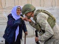 MSB, Mehmetçiğin Rasulayn'daki yaşlı kadının elini öptüğü anın fotoğrafını paylaştı
