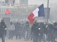 Fransa'da sarı yelekliler gösterilerin birinci yılında sokaklarda