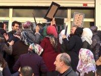 Evlat nöbetindeki aileler, HDP binasının camlarını kırdı