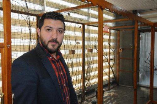 20 Çeşit Kuşu İçin Ofisinde 12 Metrekarelik Kafes Yaptırdı