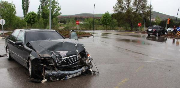 Sivas'ta İki Otomobil Çarpıştı: 4 Yaralı