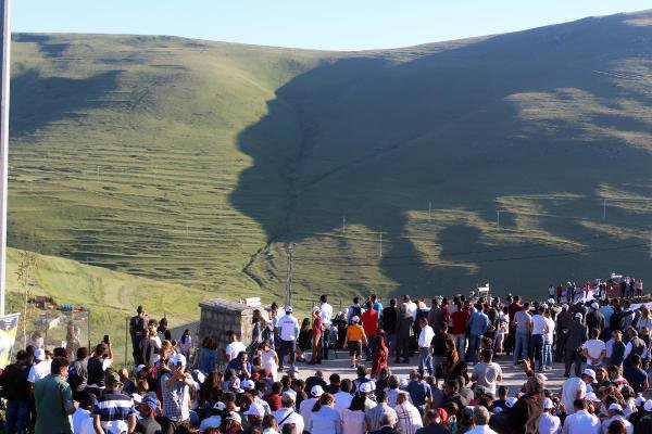Ata'nın Siluetini İzmir Marşı İle Karşıladılar