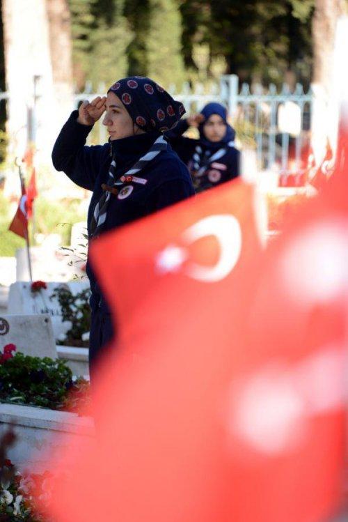 Adana'da Şehitlikler Ziyaretçi Akınına Uğradı