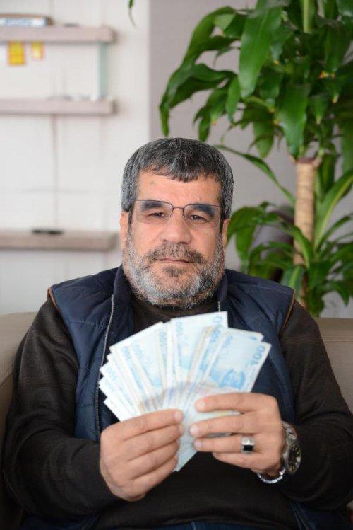 Bir Çanta Dolusu Para Buldu, Şimdi Sahibini Arıyor