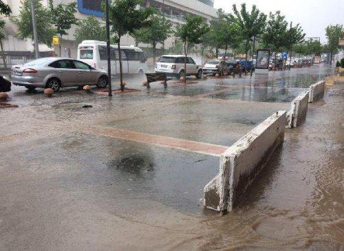 Cadde ve Kaldırımlar 15 Dakikada Yağmura Teslim Oldu
