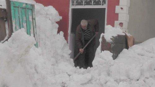 Çatıdan Düşen Kar Kütlesiyle Mahsur Kaldılar