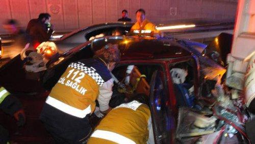 Kocaeli'nde Otomobil Tır'ın Altına Girdi: 4 Yaralı