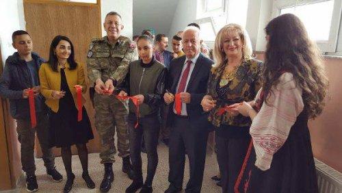 Kosova'daki Türk Askerler Biri Köy Okulunu Onardı