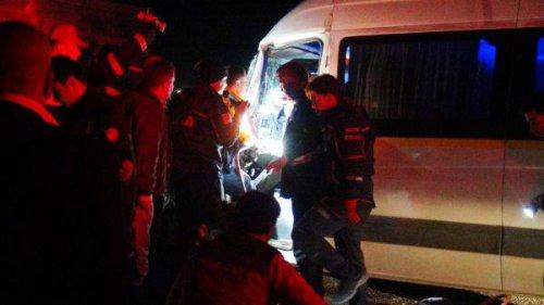 Minibüs, Tır İle Çarpıştıı: 1'i Ağır 8 Yaralı