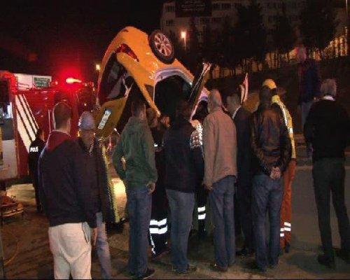 Taksi Beton Bariyerlere Saplandı: 1 Ölü, 2 Yaralı